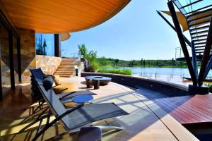 Luxelakes Black Pearl Modern Green Architecture 12