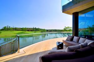 Luxelakes Black Pearl Modern Green Architecture 17