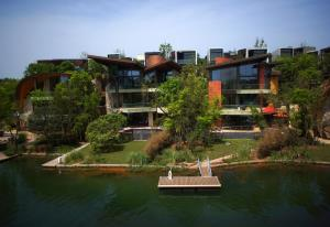 Luxelakes Black Pearl Modern Green Architecture 5