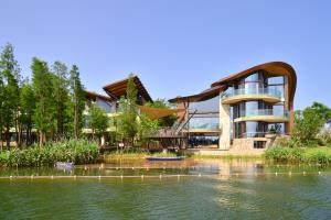 Luxelakes Black Pearl Modern Green Architecture 7