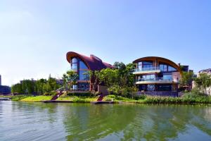 Luxelakes Black Pearl Modern Green Architecture 8